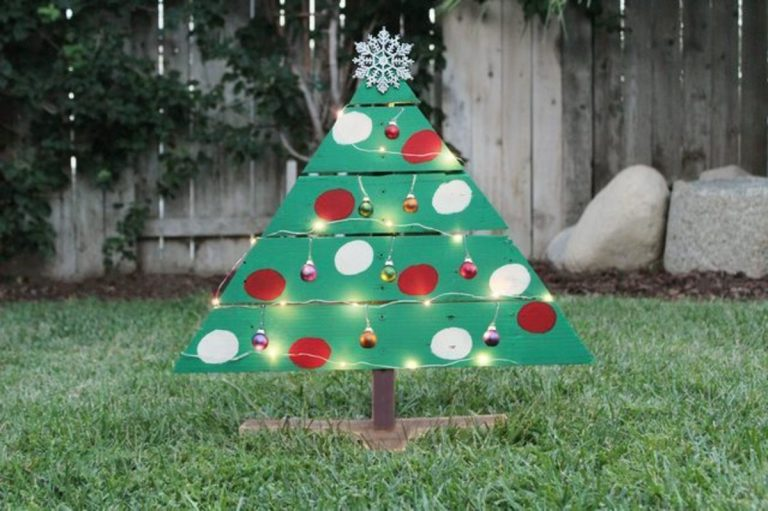 DIY Wooden Palette Christmas Tree
